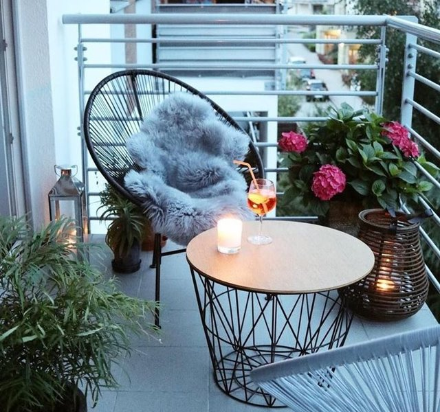 Bố trí một chiếc bàn tròn cùng hai chiếc ghế dựa thoải mái, sự thư thái không đâu xa, ngay chính ban công nhà anh chị.