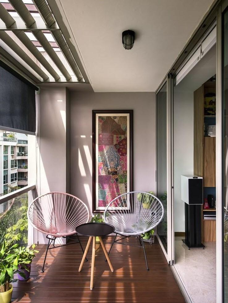 Tạo điểm nhấn đơn giản nhờ tranh treo tường ấn tượng cùng bộ bàn ghế phá cách.