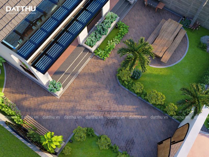 Sân vườn xanh mát bao bọc lấy ngôi nhà.