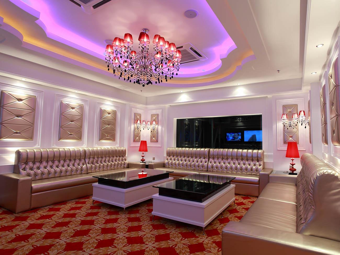 Phòng karaoke biệt thự phối màu tông đỏ, trắng
