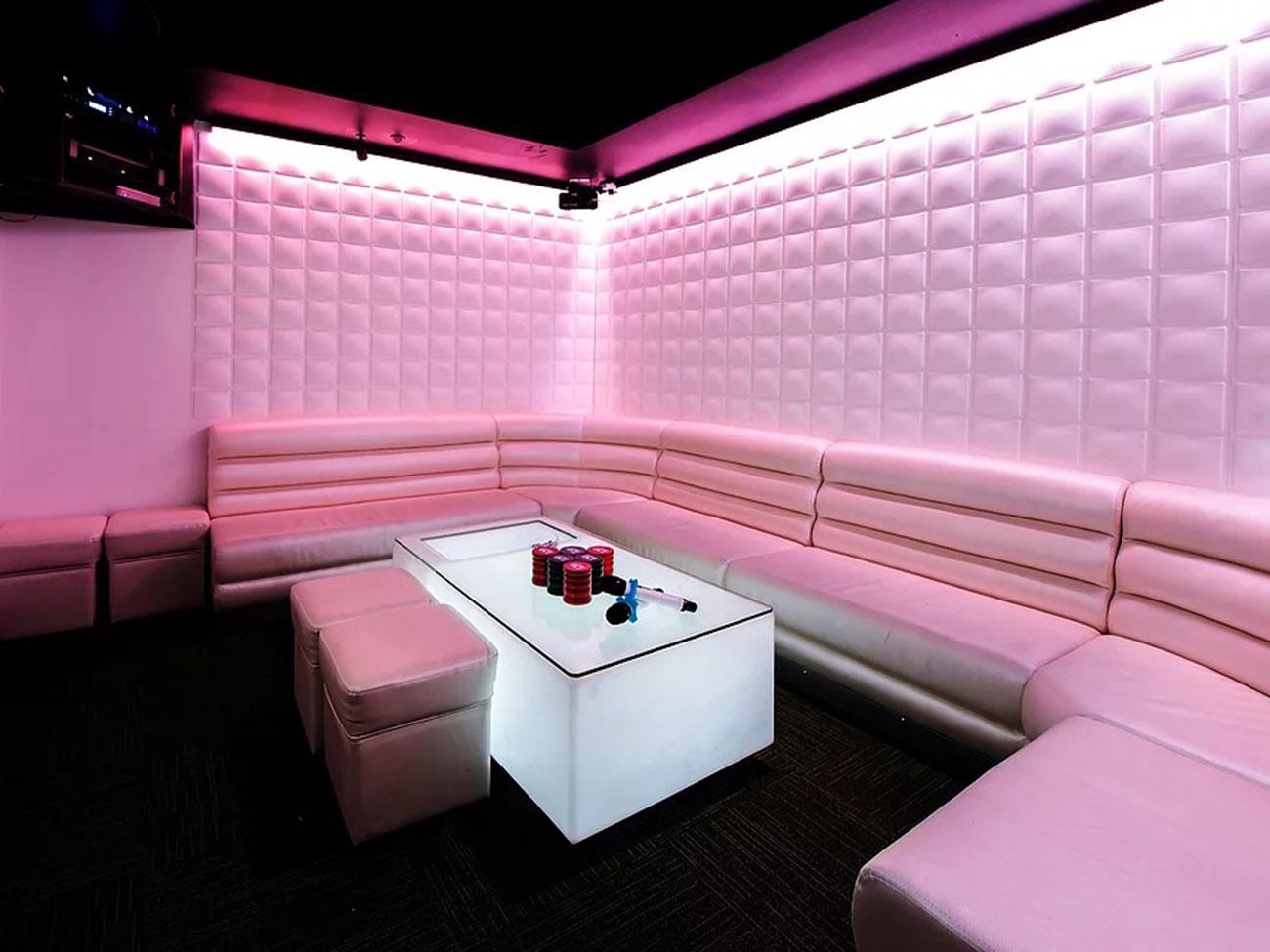 Màu hồng nhẹ làm chủ đạo cho phòng karaoke biệt thự 2 tầng hiện đại