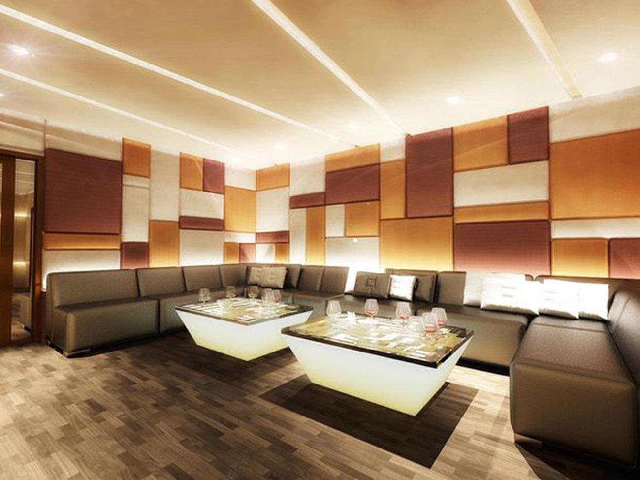 phòng hát karaoke được trang trí các mảng màu sắc đan xen