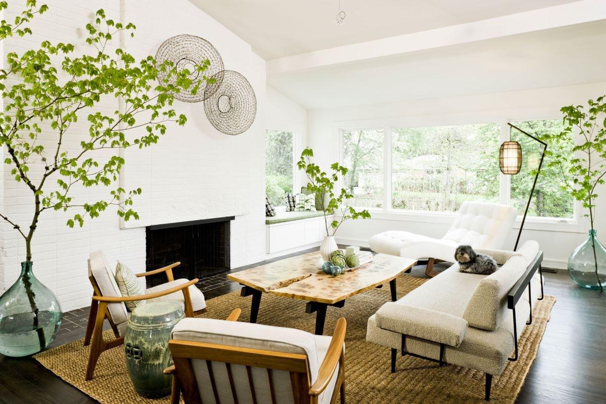 Không gian xanh len lỏi khắp căn phòng sinh hoạt chung từ những chậu cây đến chất liệu gỗ thô.