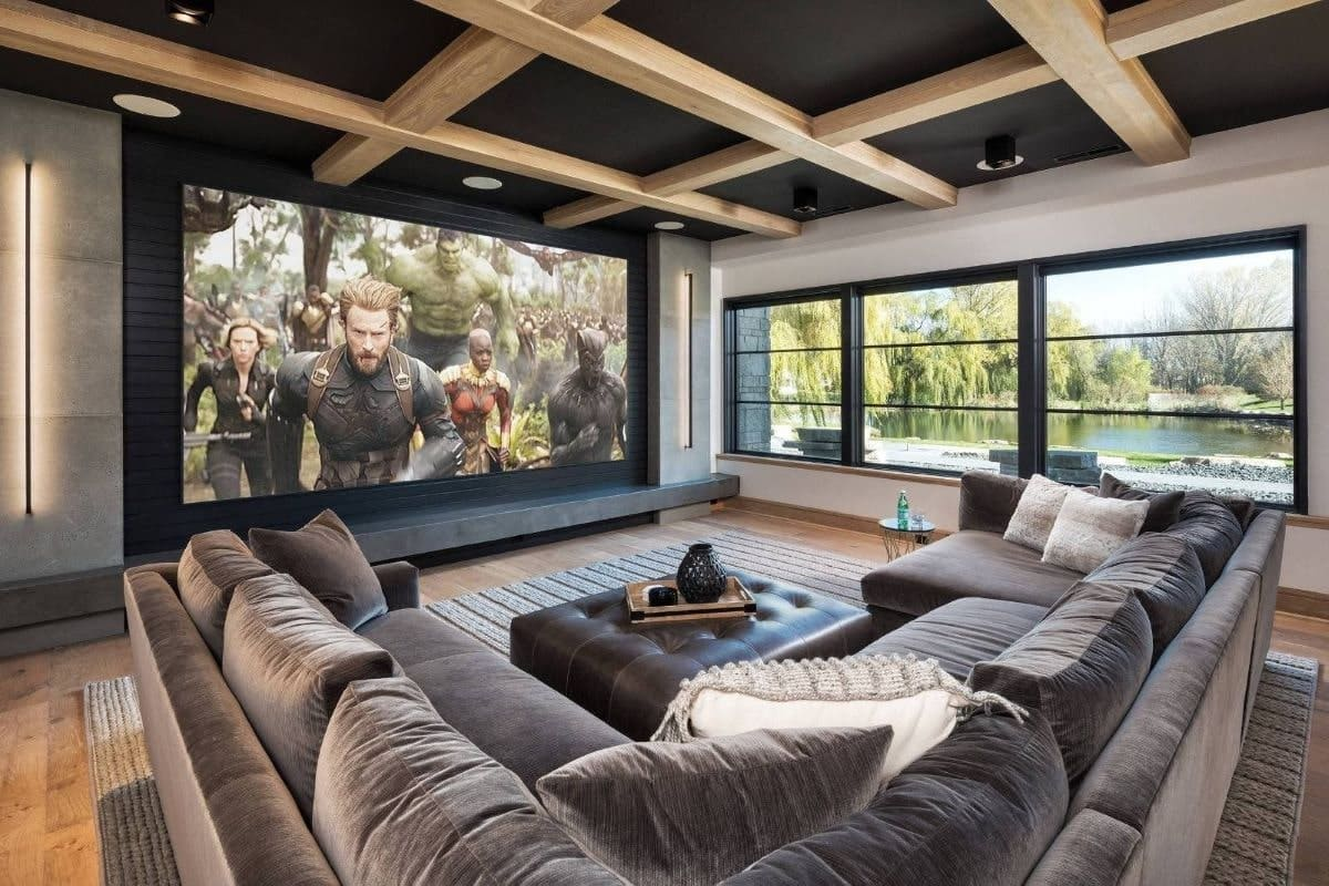 Phòng sinh hoạt chung trở thành rạp chiếu phim tại gia.